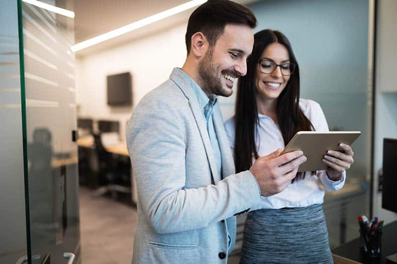 Comment savoir si on plaît à un collègue de travail ? Voici les 15 Preuves