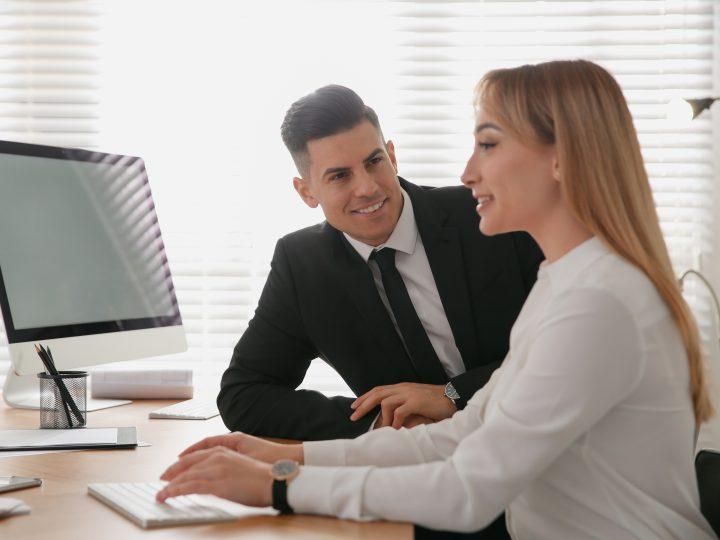 25 Signes de flirt au travail : votre collègue ressent-il la même chose que vous ?